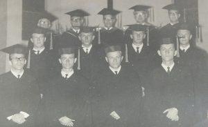» Pastor Roberto e a formatura, em 1966, e com parte da turma, em reencontro no mês passado, em Florianópolis